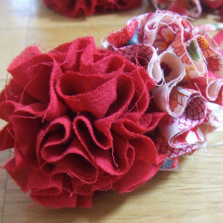 夏祭りでつけようと作ったヘアアクセ。 ヘアアクセはもちろん、カバンや靴にもアレンジ自在! 和柄の布で浴衣に合わせるのもいいかも☆ 2010.7.26 追記しました。