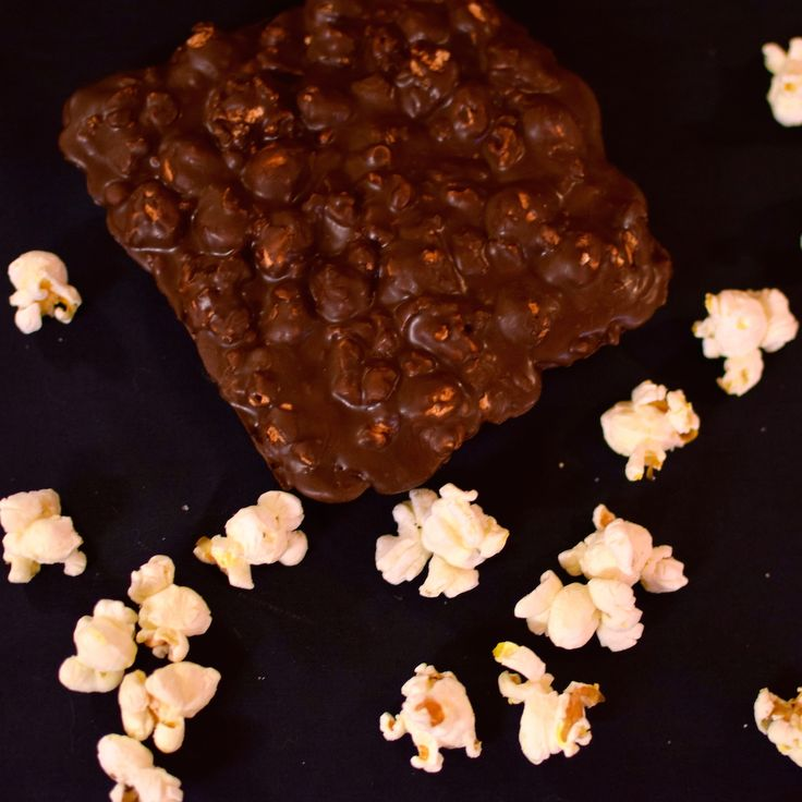 Crunchy, sweet vegan milk chocolate with salty organic popcorns.