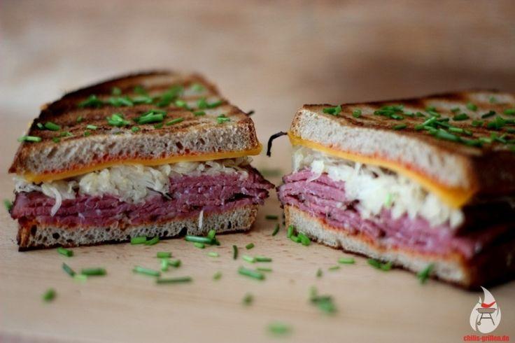 Das legendäre Reuben-Sandwich (Pastrami-Sandwich) ist ganz einfach: Pastrami, Roggenbrot, Sauerkraut, Käse und ein leckeres selbstgemachtes Dressing - hier das Rezept!