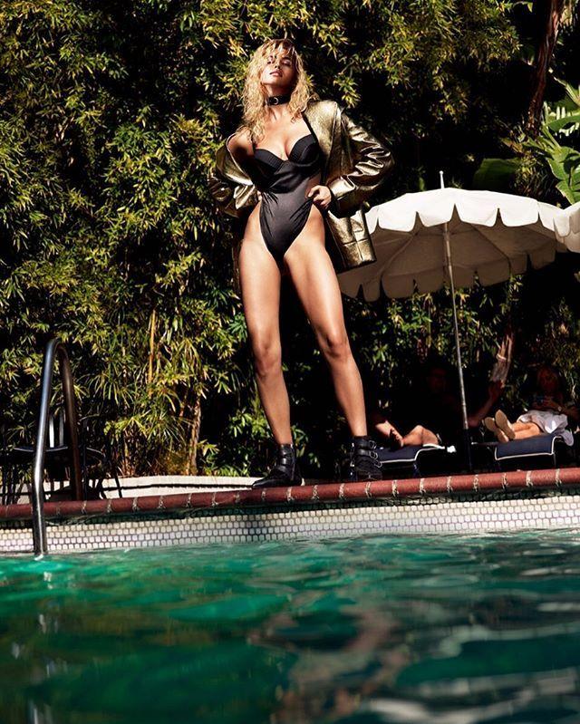 Pool party is always a good idea. Photo: @MertAlas @MacPiggott Vogue Russia September 2016 #bestofvoguerussia./ Что может быть лучше вечеринки у бассейна в жаркий летний день? В июльском номере мы собрали портфолио из лучших кадров у воды за всю историю Vogue: там вы найдёте подробный рассказ о том как мы снимали красавицу Ирину Шейк в лос-анджелеском Château Marmont - и многие другие.  via VOGUE RUSSIA MAGAZINE OFFICIAL INSTAGRAM - Fashion Campaigns  Haute Couture  Advertising  Editorial…