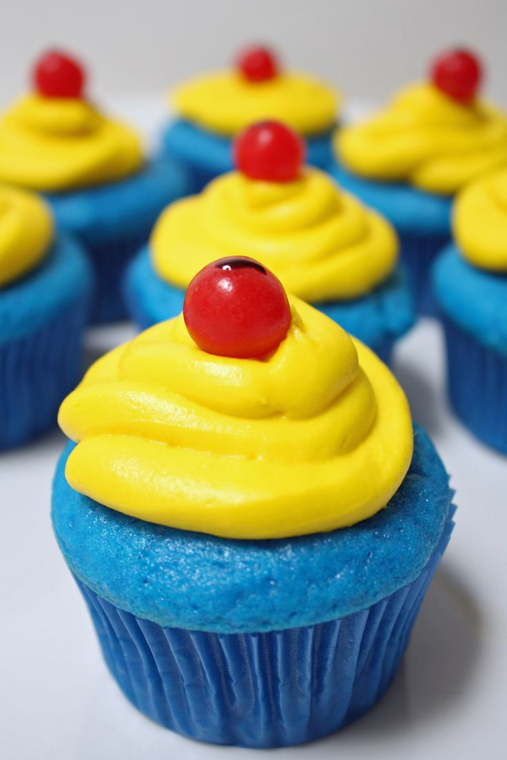 Celebrate Snow White and The Seven Drawfs with super easy Snow White inspired cupcakes!
