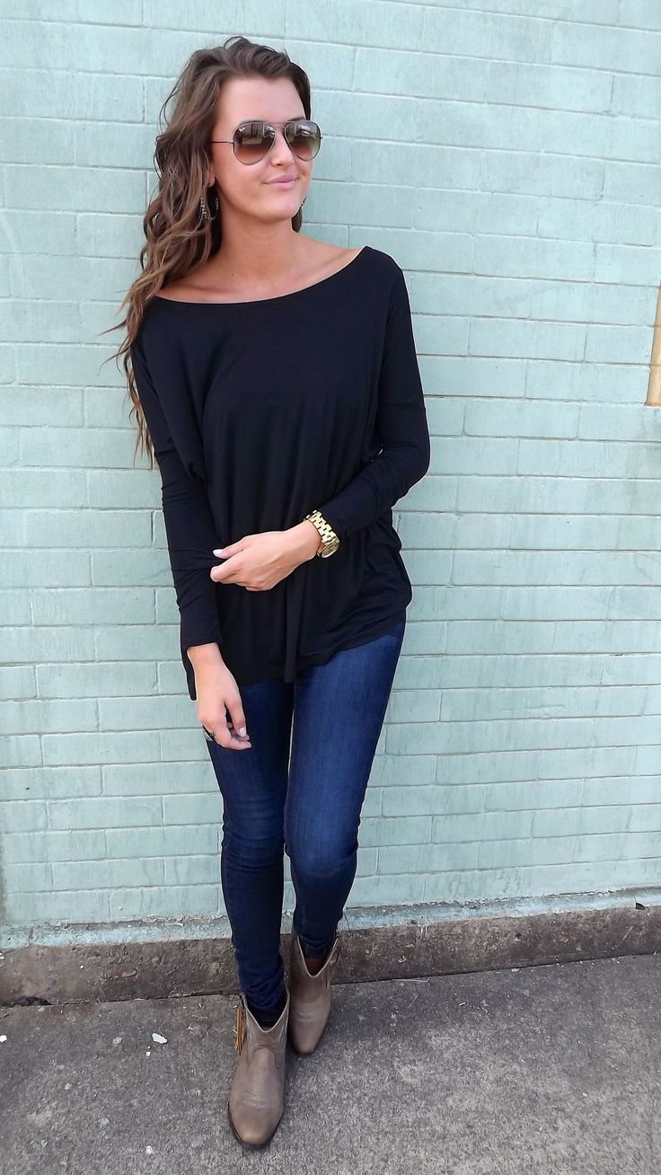 Oversized/loose fitting black long sleeve. Perfect fall outfit for lazy days!