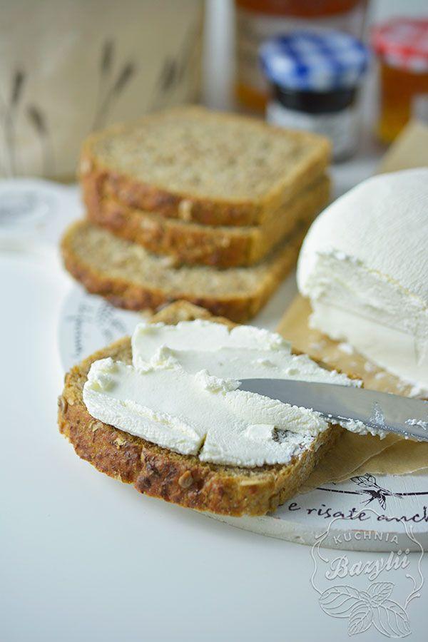 Serek z jogurtu naturalnego przygotowuje się w zasadzie sam. Cały etap przygotowania trwa kilka dni, w zależności od tego jaki serek chcecie uzyskać.