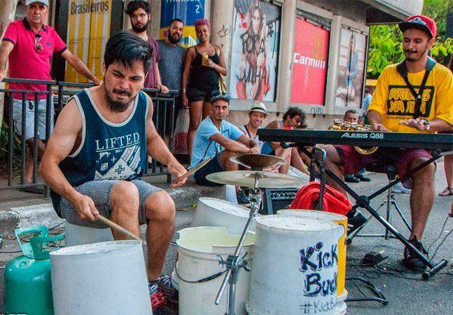 Estava num bar novo de São Paulo quando ouvi um som vindo do terraço. Era um jazz contemporâneo maneiro, cheio de personalidade. Quando enfim cheguei ao local, uma surpresa: o baterista tocava em baldes e não exatamente numa bateria. E assim se consolida a banda Kick Bucket, projeto instrumental moderno que faz uso de uma bucket drum. Na companhia de saxofone, piano/teclado e contrabaixo, os quatro integrantes fazem um som de respeito pelos dias, noites e madrugadas paulistanas. Entre…