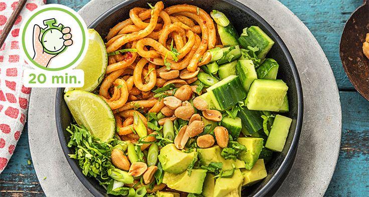 Ik heb vandaag een súper makkelijk recept voor julie dat binnen 20 minuten op tafel staat en dat betekent niet dat deze udonnoedels met pittige pindasaus saai zijn. In tegendeel zelfs!