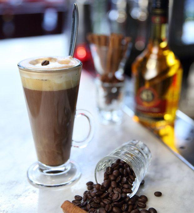 Server en kaffe, der kan lidt ud over det sædvanlige. MASH står bag denne opskrift på en cremet udgave af Irish Coffee, der på fineste vis afrunder en god middag.