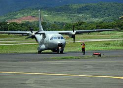 CASA CN-235	US Navy 070901-N-1713L-047 A Panamanian airman guides a Colombian CN-235 aircraft onto the tarmac at Tocumen International Airport as part of the Combined Forces Air Combatant Command during PANAMAX 2007.jpg	Avión de transporte táctico	CASA CN-235	Flag of Spain.svg España