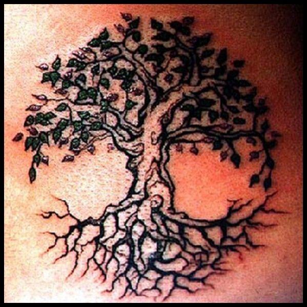 Arbre avec des branches et racines des conceptions de tatouage pour les hommes et les femmes