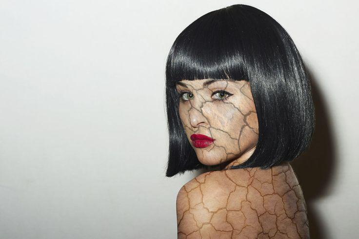 把一張地裂的圖紋貼在女生的身上加以做修改,讓這位女生的皮膚感覺裂掉