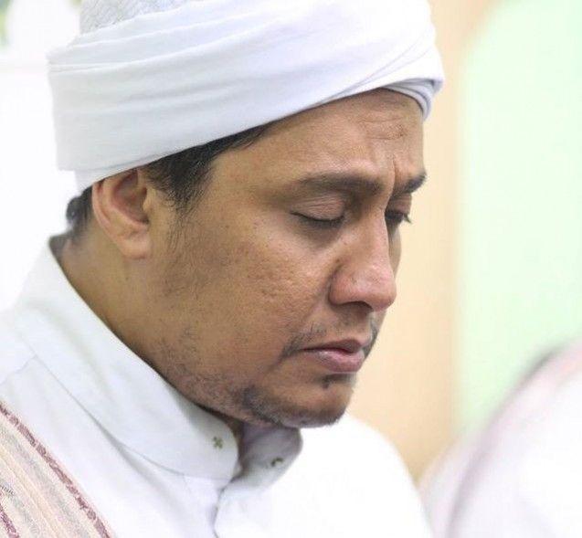 Seorang ulama besar dan juga sebagai imam Masjid Ar-Riyadh, Pasar Kliwon, Habib Alwi bin Anis bin Alwi bin Ali Al Habsyi meninggal dunia pada Jumat (01/05/2015) kemarin. Beliau wafatl karena menderita sakit ginjal beberapa bulan terakhir. Dan enazahnya pun telah dimakamkan pada Sabtu (02/05/2015).