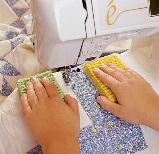 Quando você estiver costurando algo mais pesado, use uma esponja de cozinha, em cada mão, pois isso ajudará a manobrar mais facilmente.