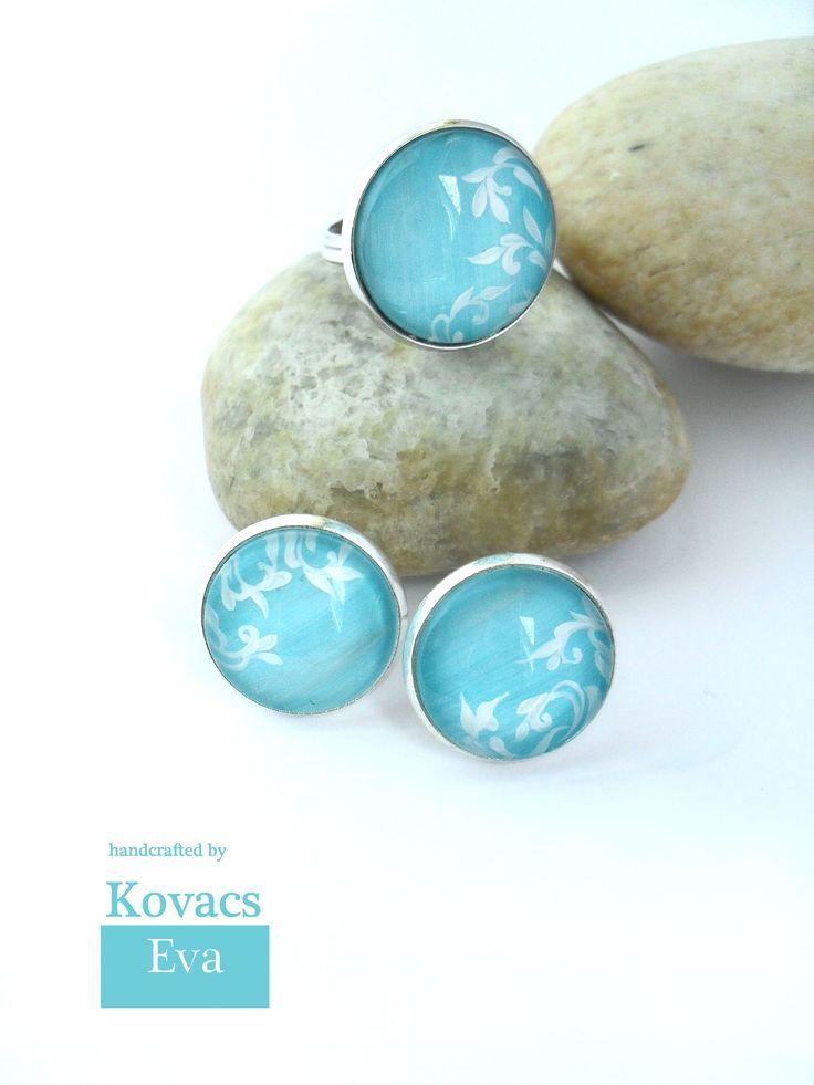 Türkiz fülbevaló és gyűrű fehér mintával. Turquoise earrings and ring with white ornament.