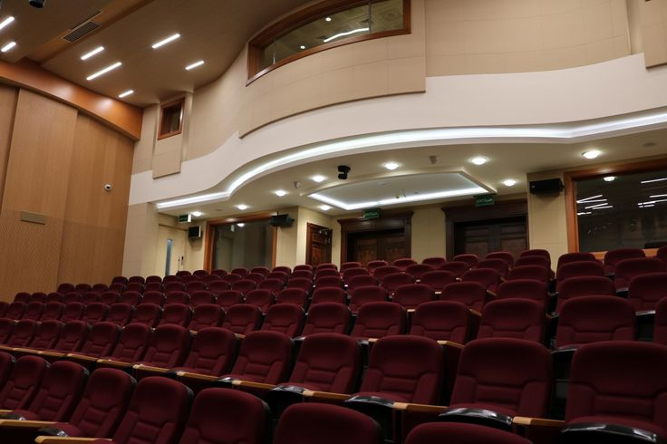 002 Paneles acústicos en el salón de actos Acoustic panels in the auditórium Panneaux acoustiques pour l'auditorium