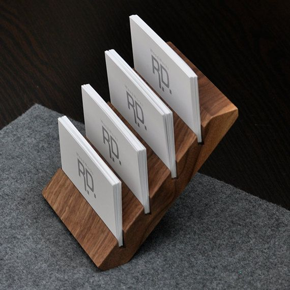 He encontrado este interesante anuncio de Etsy en https://www.etsy.com/es/listing/178562158/multiple-business-card-holder-tier