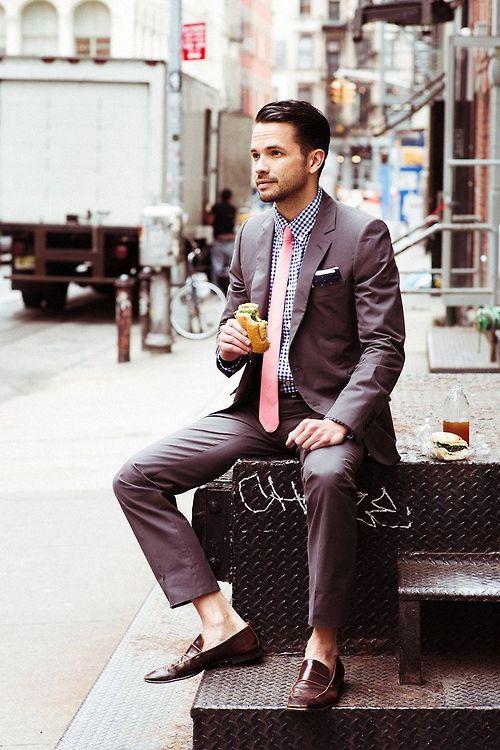 結婚式やパーティなどのフォーマルシーンでも着れるグレーのスーツがおすすめ。40代アラフォー男性におすすめのスーツジャケットコーデ。