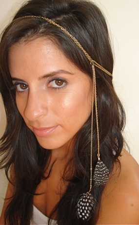 really pretty dame hair jewelry with feathers.