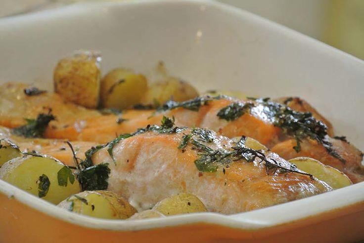 Recette simple de pommes de terre accompagnées de pavés de saumons, le tout en quelques minutes de cuisson ! Vous allez voir, vous n'allez pas être déçu de cette excellente recette. Ingrédients 500 gr de pommes de terre coupées en rondelle 4 pavés de saumon frais 4 cas de crème fraiche 1 cac de fond …