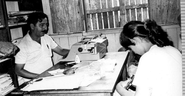 Em 1975, fundou o movimento sindical no Acre, com o Sindicato dos Trabalhadores Rurais de Brasiléia e de Xapuri, em 1977. A imagem mostra Chico Mendes em sua sala na sede do sindicato de Xapuri, onde usava a máquina de escrever para apresentar denúncias às autoridades e escrever textos-denúncias enviados aos jornais de Rio Branco