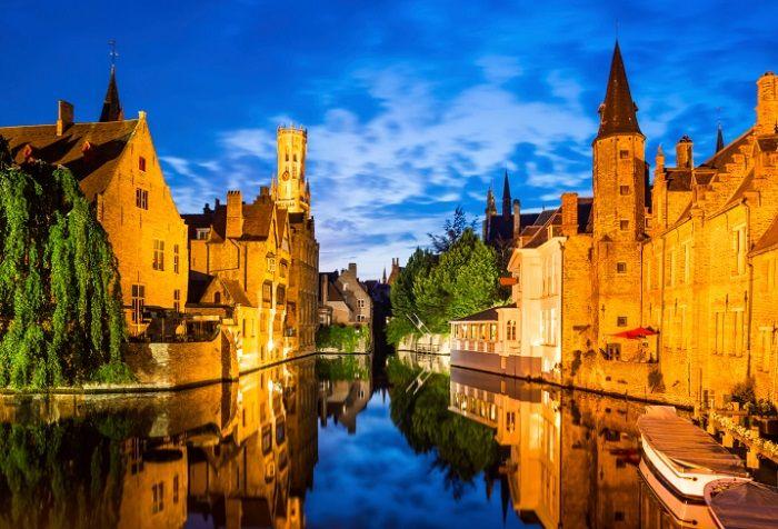 11 cidades medievais para você viajar no tempo | Skyscanner A Veneza do Norte, como também é conhecida a cidade de Bruges, foi importante polo comercial da Bélgica durante séculos, principalmente durante a Idade Média, quando seus famosos canais foram construídos e suas muralhas foram erguidas.