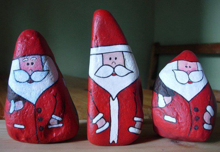 """Jetzt erst recht: Weihnachtsmänner in Stein """"gemeißelt"""". Geradezu für die Ewigkeit gemacht. Santa rocks"""