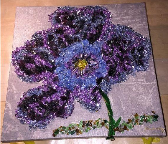 La flor púrpura  Pido esta creación La flor de color púrpura.  La flor púrpura es una creación única, uno de un tipo.  Traje esta flor a la vida poniendo cada pedazo de cristal púrpura de tal manera que da movimiento a la creación de este arte.  La flor púrpura está lista para añadir un toque de color a cualquier habitación de su hogar u oficina. También haría un regalo impresionante!  Usé lienzo de Galería como una estructura de soporte para esta pieza.  El diseño está adornado con pedazos…
