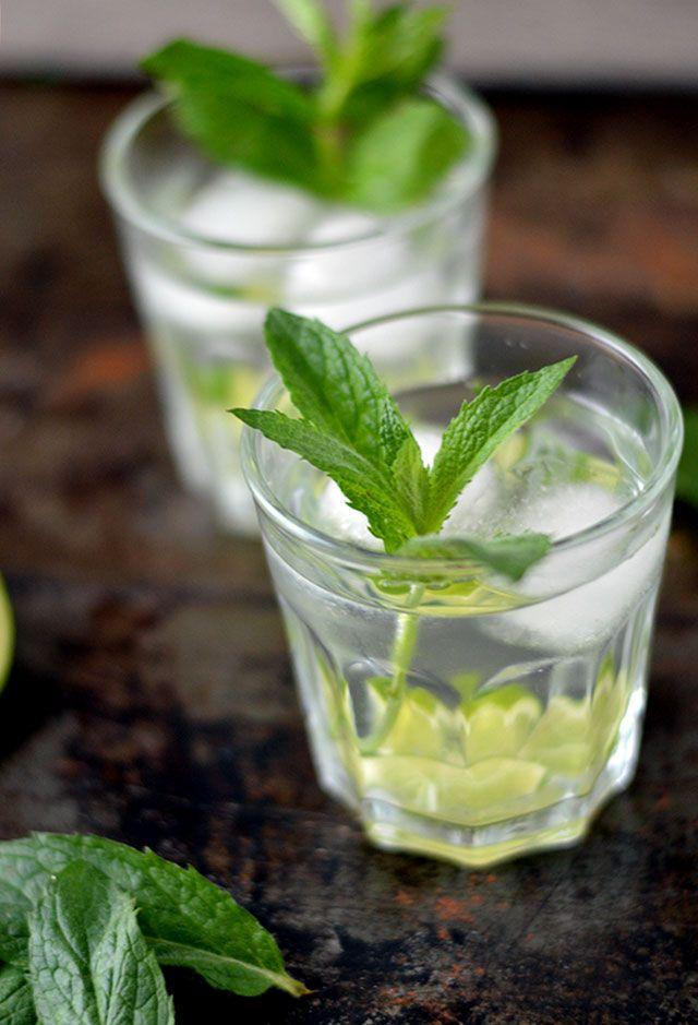 Zin in een lekker en verfrissend drankje? Maak dan eens deze limoen munt limonade! Je hebt direct genoeg voor 8 á 10 glazen. Simpel, lekker en makkelijk om te maken. Hij doet mij een beetje denken aan een virgin (alcoholvrije) mojito maar wel eentje waarvan je onbeperkt mag drinken ;)