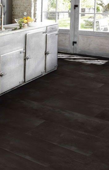 Home plus Fix - Dark metal: Pvc klik tegels (855) € 24,95 / m2 (incl. BTW). Door de speciale bewerking krijgt deze vloer een mysterieuze uitstraling. Kies voor lichte meubelen om een mooi contrast te creëren. Speciaal voor mensen die iets bijzonders willen.