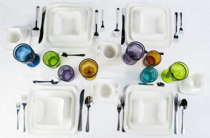 Combina a tu vajilla blanca copas y vasos coloridos para darle vida a tu mesa