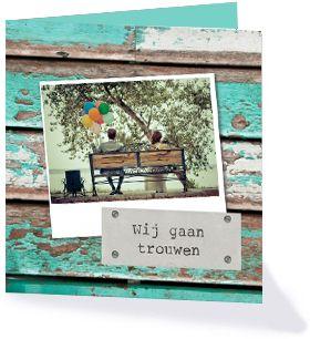 Hippe trouwkaart met een achtergrond van steigerhout en ruimte voor een eigen foto. Deze kaart komt uit de trouwcollectie 'Trendy Trouwen' van Kaartopmaat.nl.