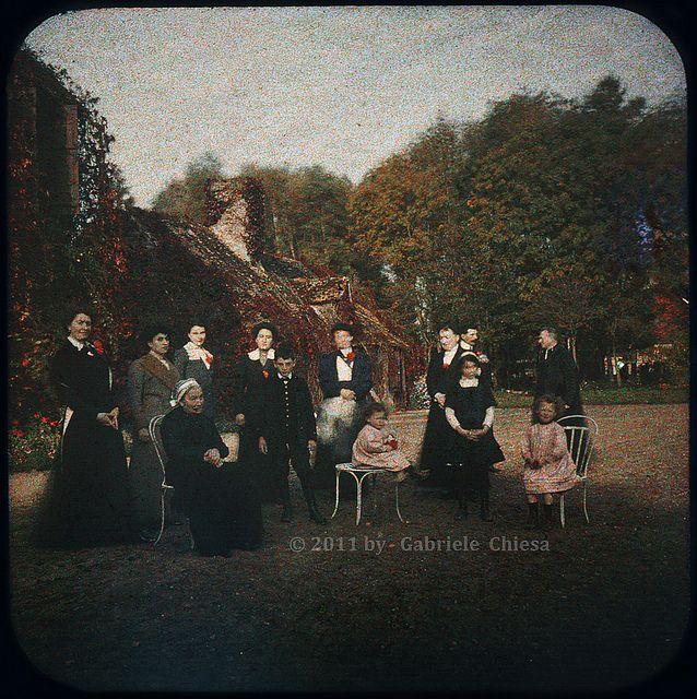 Famiglia in posa esterno campagna: Autochrome Lumière | Flickr - Photo Sharing!