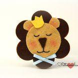la calamita  bomboniera leone  è interamente ideata e realizza a mano da fattoconilcuore.Come potrete vedere rappresenta la testa di un leone che indossa una corona e un fiocchetto celeste al collo...