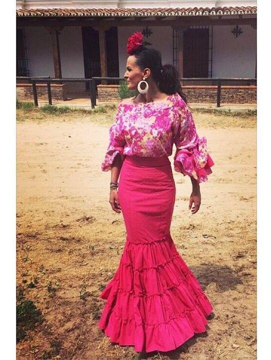@mariadocores @flamencasconarte Traje de flamenca de falda rosa fucsia y blusa estampada