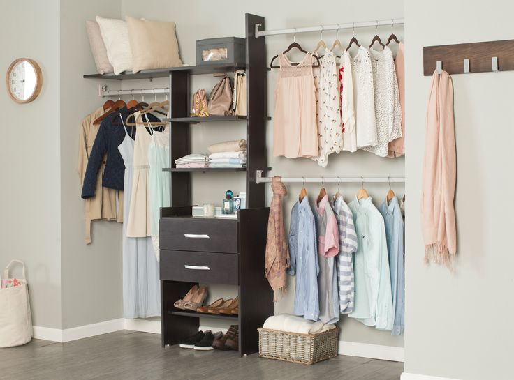 Organiza tu ropa con este práctico clóset.
