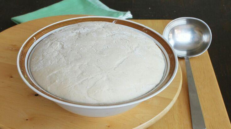 La pizza al mestolo è una pizza impasto veloce che si prepara senza bilancia. No, non dovete andare ad occhio, le dosi sono precise e la pizza sofficissima.