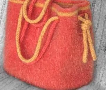 Keçe kırmızı çanta