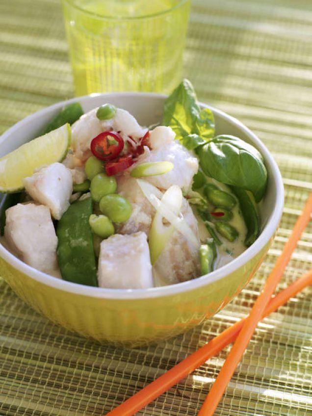 Kokos- och limesoppa med fisk - En god soppa med torsk, ingefära, honung och sojabönor. Innehåller 668kcal.
