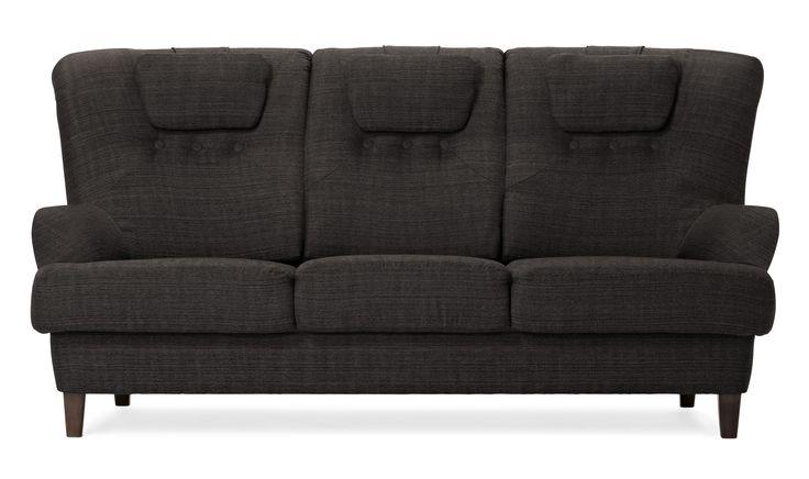 Soffan mixar retro och moderna detaljer i en härlig blandning. En hög rygg och fast sittkomfort ger en mycket skön soffa som det är lätt att sätta sig i och resa sig ur. Går att få med läderskodda armstöd, läderklädda knappar och dekorsömmar.
