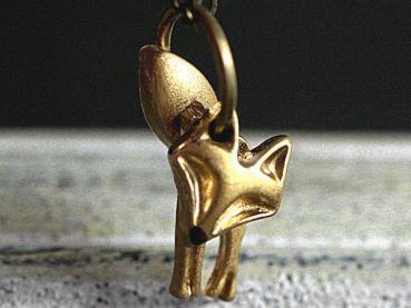 """Wackelfuchs Kette mit 3teiligem Fuchs. Zu unserer beliebten Fuchs Serie gesellt sich eine besondere kleine Kette:   Der """"Wackelfuchs"""" Anhänger besteht aus drei Teilen (Gesicht, Beine, Schwanz), die locker hintereinander aufgehängt sind. Deshalb bewegt sich der Fuchs, wenn die Trägerin sich bewegt. Er wedelt z.B. mit dem Schwanz oder bewegt den Kopf zur anderen Seite. Der Fuchsanhänger wurde von uns auf der Vorderseite von Hand vergoldet, sodass sich ein warmer Ton mit natürlicher Struktur…"""