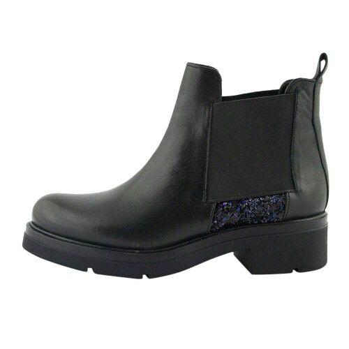 Το νέο must-have item της φετινής μόδας είναι τα δερμάτινα μποτάκια INUOVO, με εντυπωσιακά μπλε strass που μαγνητίζουν τα βλέμματα! www.topshoes.gr