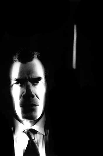 Otwiera się tu labirynt twarzy, w którym istnieją jedynie maski. Foto: Jorge Molder, z serii INOX, tryptyk, 1995. #Belting #Faces #twarze #Molder #fotografia