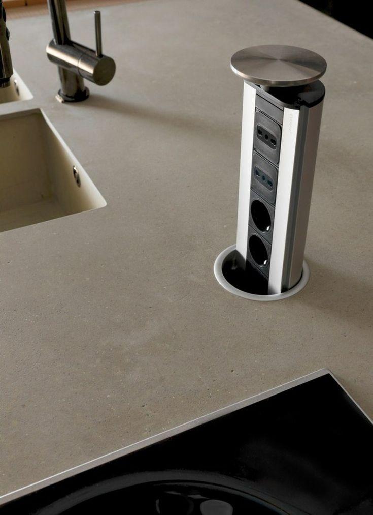 cuisine design italienne et plan de travail en ciment avec bloc multiprise intégré