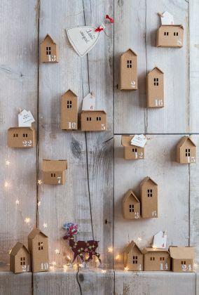 Village de Noël en carton kraft - maisonnettes numérotées à la manière d'un calendrier. DIY