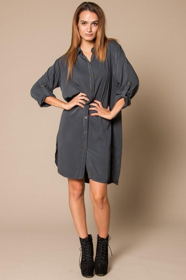 Gris Shirtdress Γκρι πουκαμίσα σε φαρδιά γραμμή με κουμπιά στο μπροστινό μέρος και γιακά. Τα μανίκια μαζεύονται έως τον αγκώνα με κουμπί. Άνετη γραμμή, one size.  Ύφασμα: 100% Viscose