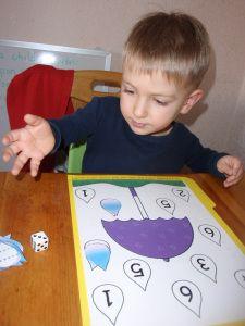 Letter U preschool activities - Umbrella and rain drop dice/counting game