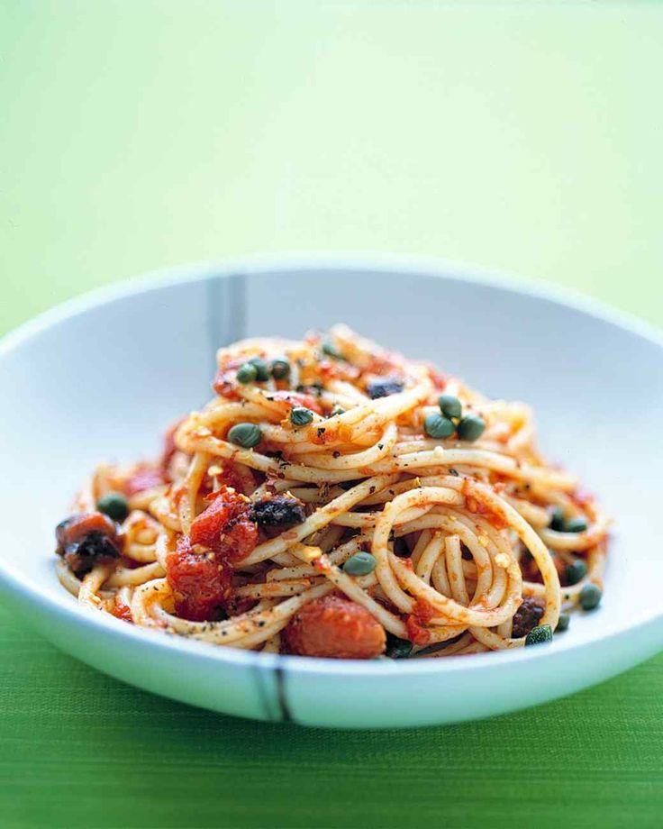 Onderstaande recepten zijn stuk voor stuk klassieke sauzen en pastabereidingen uit de Italiaanse cultuur. 1. Bolognese. Om maar even met de meest bekende te beginnen, maar wel hoe deze oorspronkelijk gemaakt wordt.  2. Aglio, olio e peperoncino (knoflook, olie en rode peper). Wie zegt dat pasta niet minimalistisch kan zijn? Alleen knoflook kan je […]