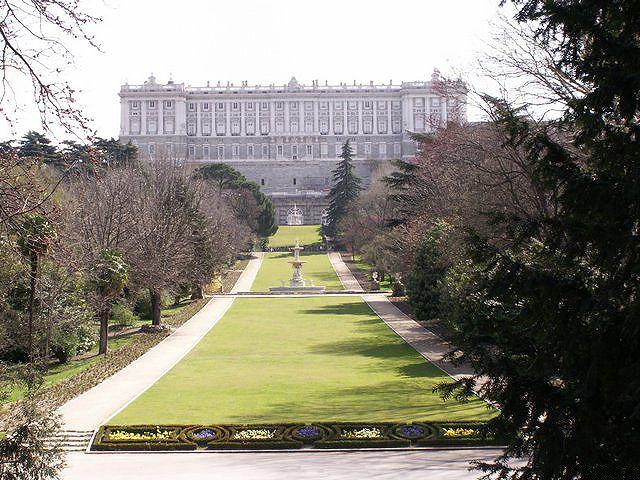 Королевский дворец в Мадриде (исп. Palacio Real de Madrid), иначе Восточный дворец (Palacio de Oriente), — официальная резиденция королей Испании. Расположена в западной части Мадрида. Король Хуан Карлос I, однако, не жил во дворце и посещал его только по случаям официальных церемоний.