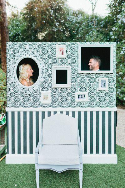 """Painel com recortes para fotos de casamento. Painéis para """"colocar a cabeça"""" também podem ser românticos!"""