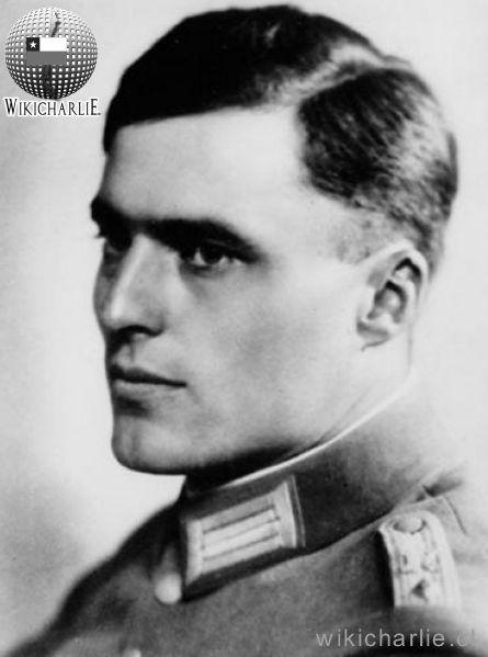 Claus von Stauffenberg. conocido por planificar y ser figura central en un atentado frustrado contra Adolf Hitler al que históricamente se le denomina «complot del 20 de julio» de 1944,