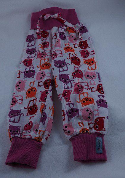 """Pumphose Cord Katze 86 Die Pumphosen haben viel Bewegsungsfreiheit für die Kinder. Durch das breite Bündchen schneidet nichts ein und der Bauch bleibt schön warm. Um ein Rutschen der Hose zu verhindern ist ein Tunnelzug im Bündchen eingearbeitet. Die Hose wächst ca. 3 Kleidergrößen mit.  Die Hose ist aus einem Babycord genäht. Genäht nach dem E-Book """"Babyhose"""" von klimperklein, www.klimperklein.de"""