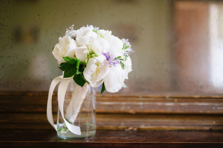 Bouquet di peonie e fresie. www.vbaweddings.com
